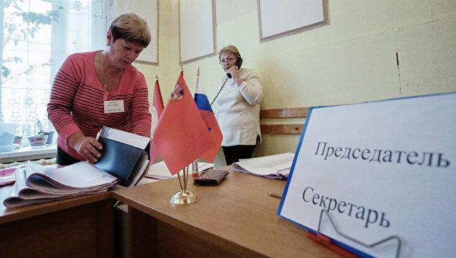 Члены комиссии готовятся к выборам губернатора Московской области на избирательном участке в городе Серпухове. Архивное фото