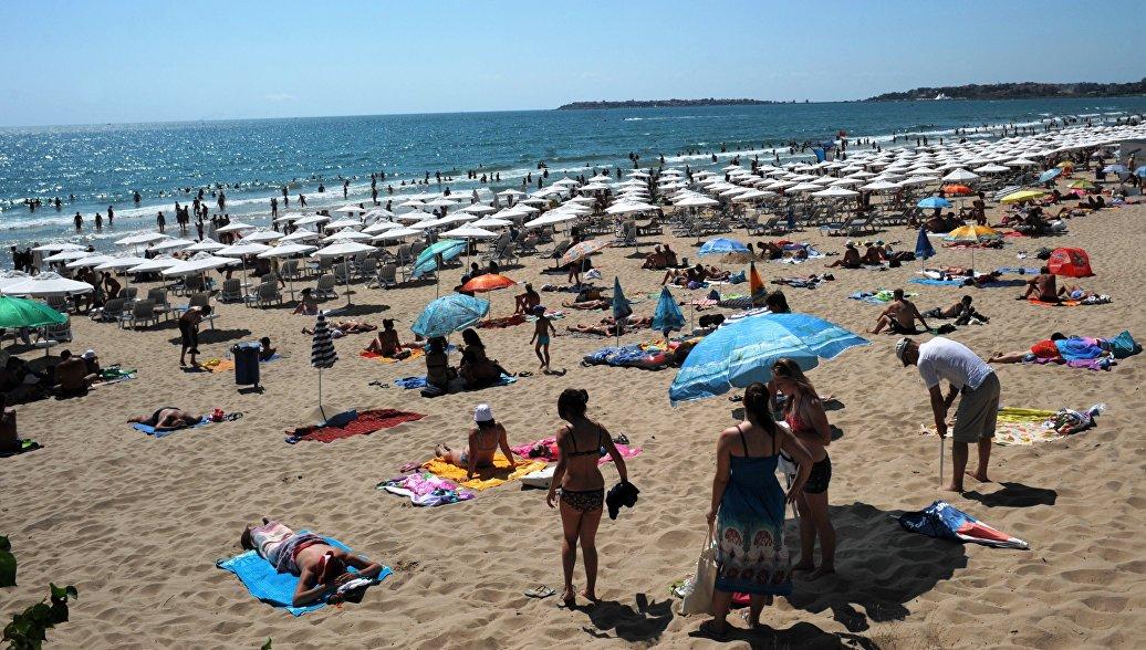 Туристы на пляже в Болгарии. Архивное фото