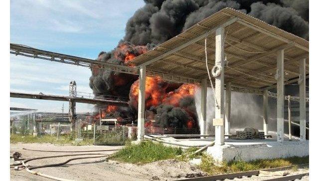 На территории деревообрабатывающего предприятия в Братске горит подземный резервуар со скипидаром. 19 июня 2018