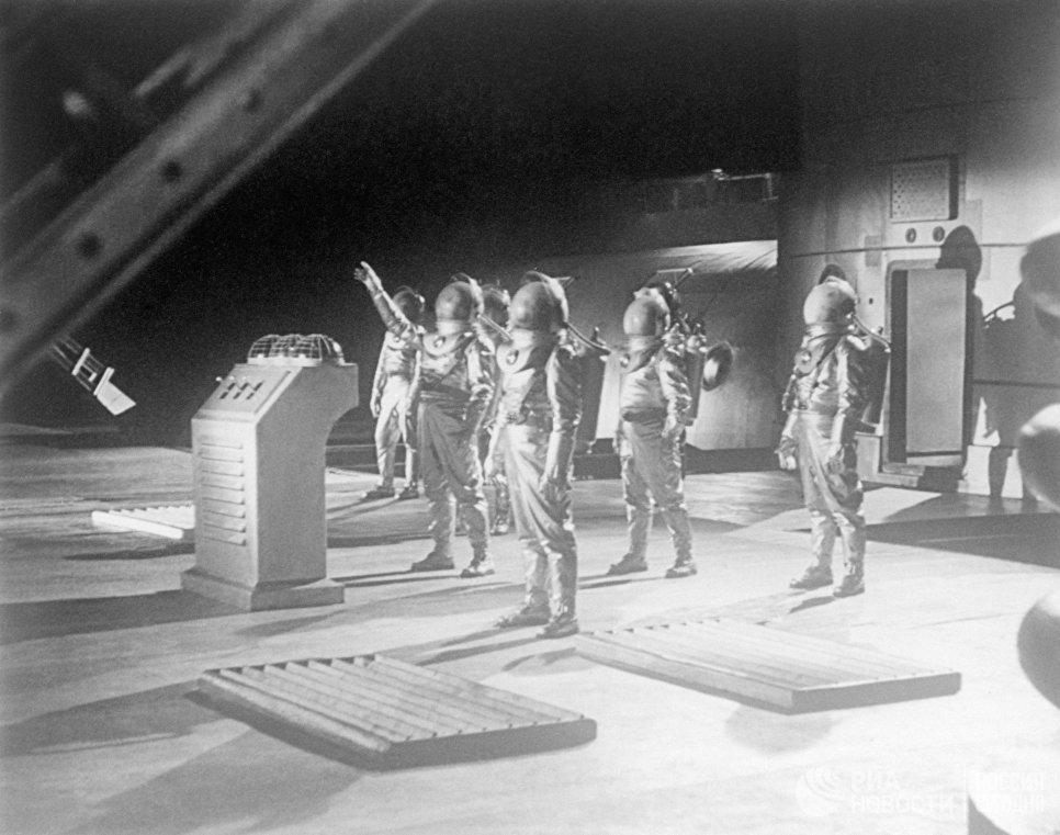 Советские космонавты перед стартом на Марс