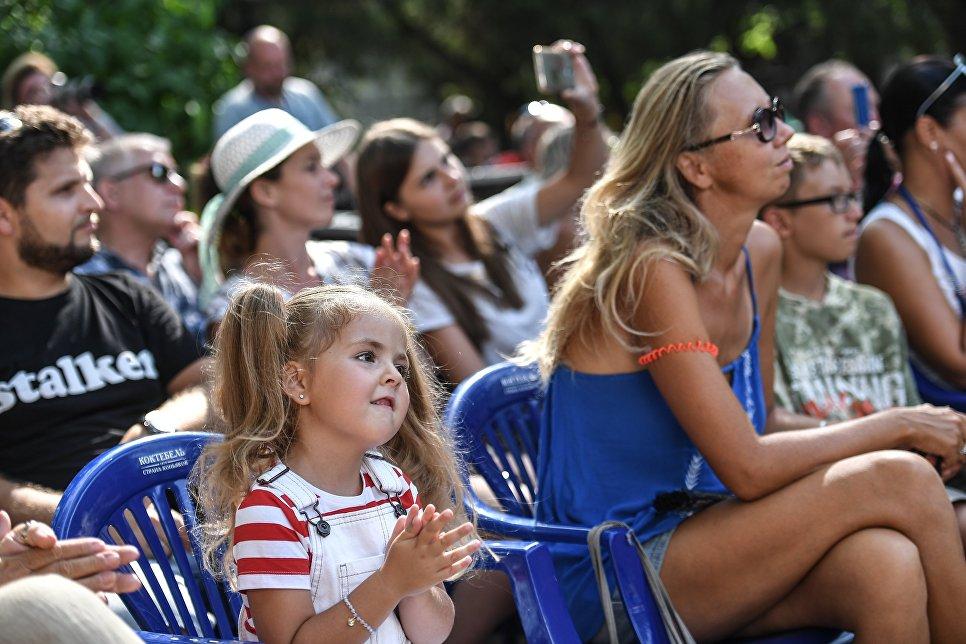 Зрители во время выступления Детского музыкального театра Домисолька на Волошинской сцене фестиваля Koktebel Jazz Party 2017