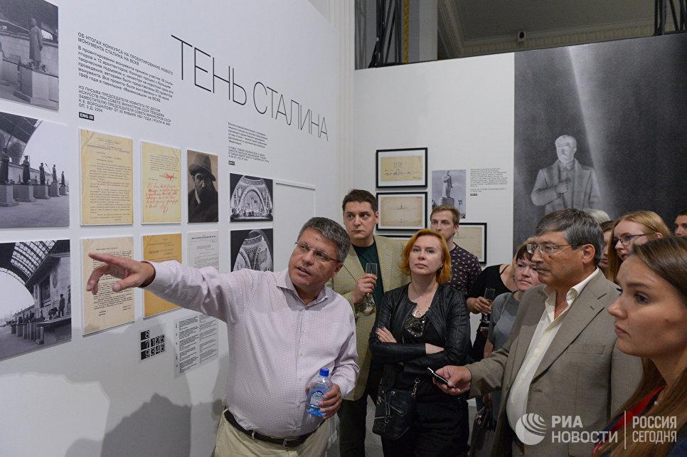 Павел Нефедов проводит экскурсию по выставке