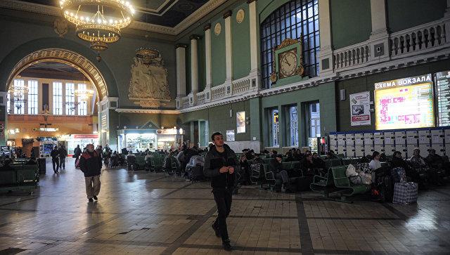 Пассажиры в зале ожидания Киевского вокзала. Архивное фото