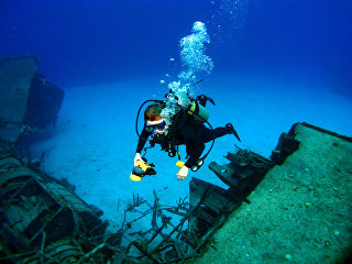 Аквалангист у обломков затонувшего судна. архивное фото