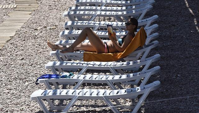 Отдыхающая на пляже в Гурзуфе. Архивное фото