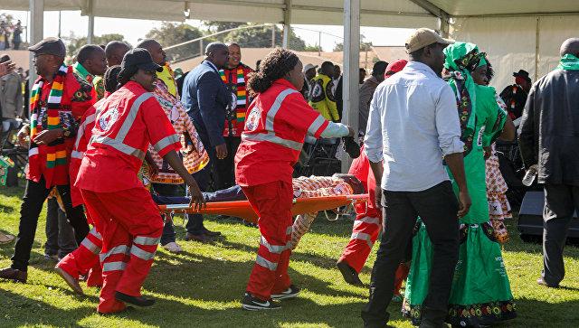 Эвакуация пострадавших в результате взрыва на стадионе в городе Булавайо, где проходил предвыборный митинг президента Зимбабве Эммерсона Мнангагвы