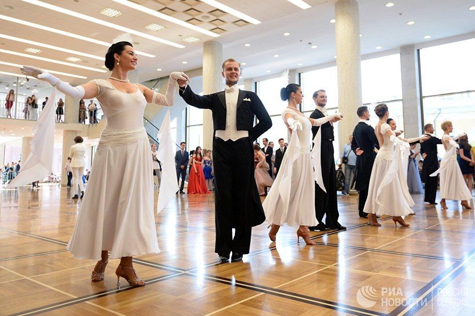 Выпускники российских школ танцуют вальс в Государственном Кремлевском Дворце перед VIII Всероссийской премией Выпускник-2018