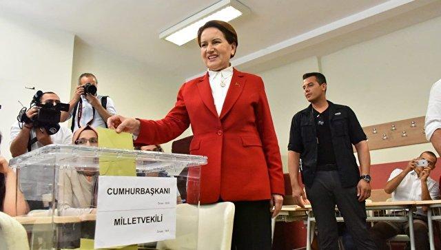 Кандидат в президенты Мераль Акшенер голосует на досрочных президентских и парламентских выборах в Турции. 24 июня 2018