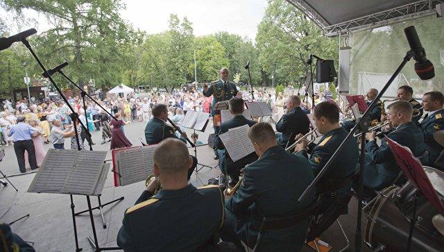 Выступление военного оркестра под управлением дирижера Ивана Краснецкого на сцене Перовского парка. 23 июня 2018