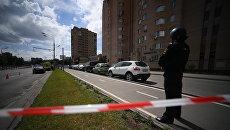 Оцепление магазина Дикси на улице Большая Академическая в Москве, где неизвестный незаконно удерживает работника магазина. 1 июля 2018