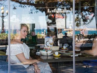 Посетительница кафе на набережной Ялты. Архивное фото