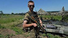 Украинский военный на позиции у линии разграничения в Донбассе. Архивное фото