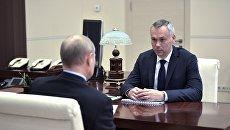 Президент РФ Владимир Путин и временно исполняющий обязанности губернатора Новосибирской области Андрей Травников во время встречи. 2 июля 2018