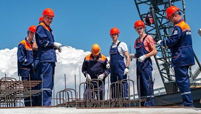 Студенты на строительстве железнодорожной части Крымского моста. Архивное фото