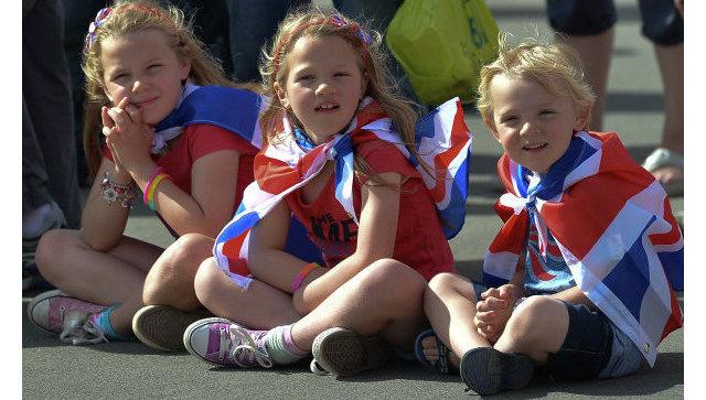 Дети в Олимпийском парке в Лондоне во время ХХХ летних Олимпийских игр.