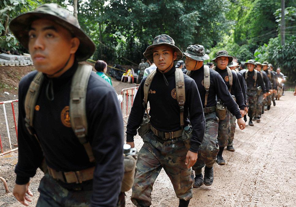 Солдаты у пещеры Тхам Луанг в провинции Чиангмай, Таиланд