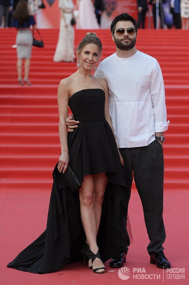 Певцы Юлия Ковальчук и Алексей Чумаков перед началом церемонии закрытия 38-го Московского международного кинофестиваля