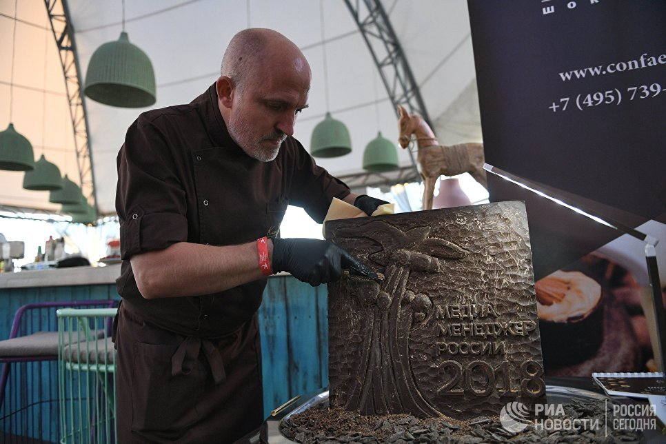 Мужчина вырезает из шоколада барельеф на XVIII церемонии награждения лауреатов Национальной премии Медиа-Менеджер России-2018 в Москве
