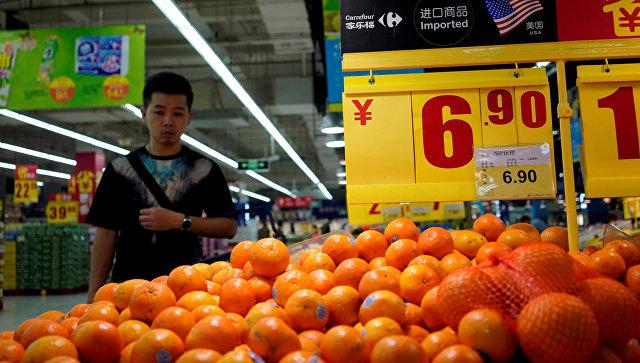 Апельсины, импортированные из США, на прилавке супермаркета в Шанхае