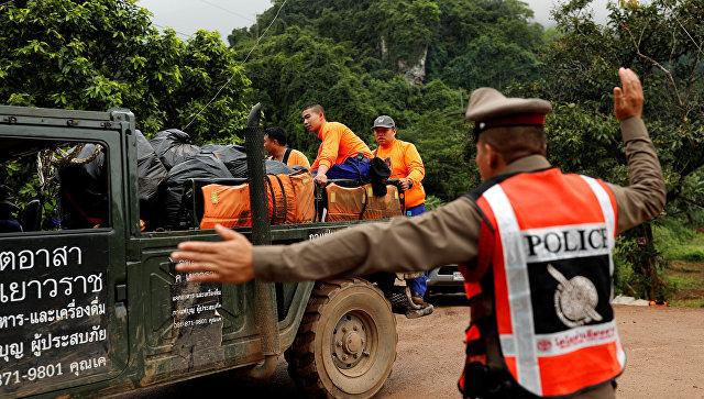 Спасатели и полиция у пещеры Тхам Луанг в провинции Чиангмай, Таиланд. 8 июля 2018