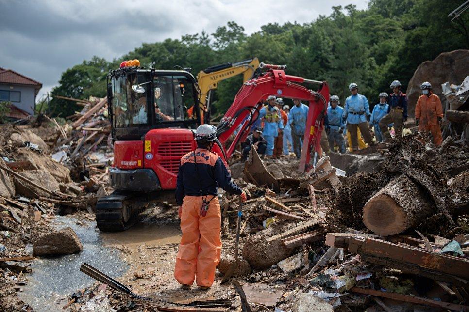 Спасатели на месте наводнения в Кумано, Япония. 9 июля 2018 года