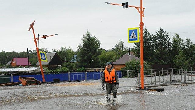 Сотрудник МЧС на затопленной в результате паводка улице в городе Чите. 11 июля 2018