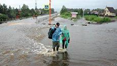 Местные жители на затопленной в результате паводка улице в Чите. Архивное фото