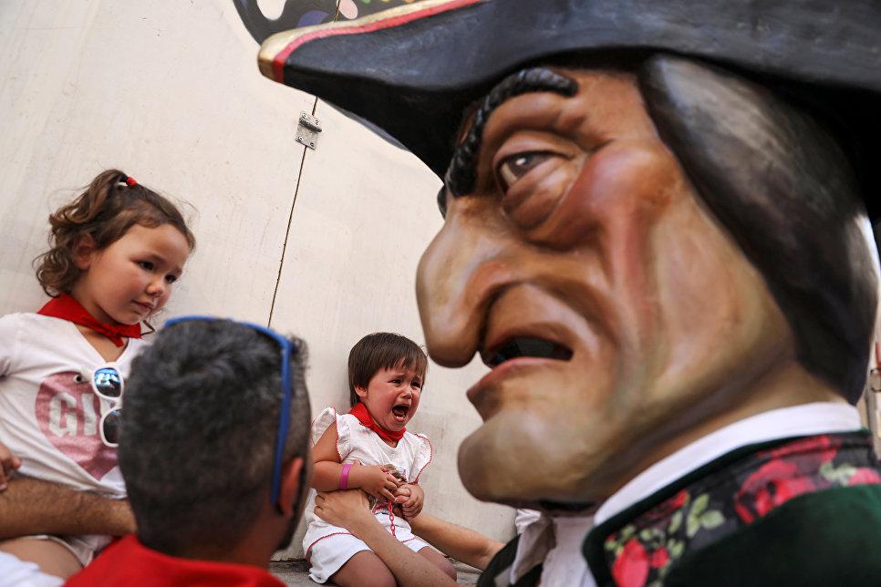 Участники парада гигантов и больших голов в рамках фестиваля Сан-Фермин в Испании. 9 июля 2018 года
