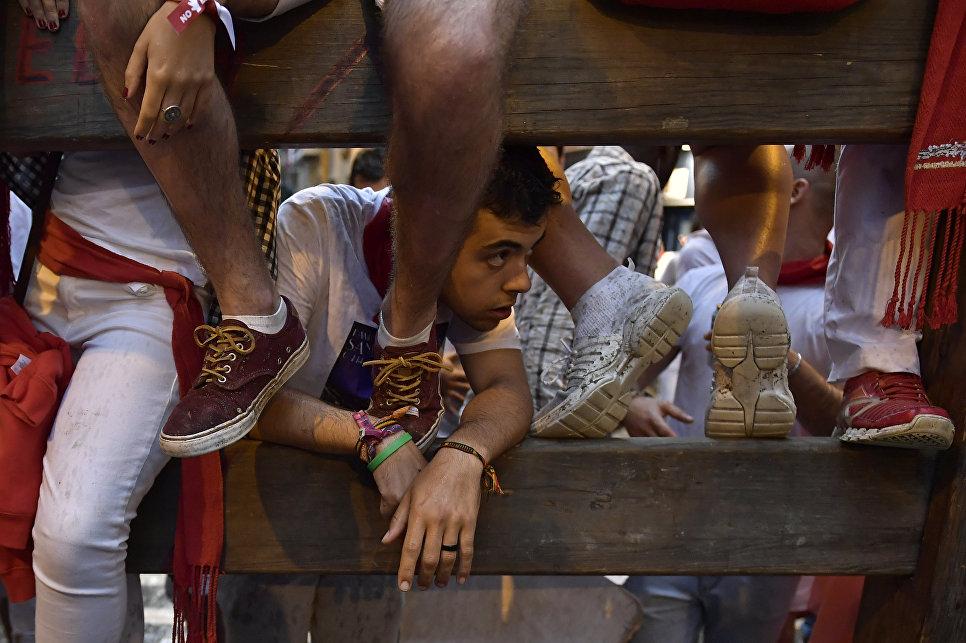 Участники фестиваля Сан-Фермин в Памплоне, Испания. 8 июля 2018 года