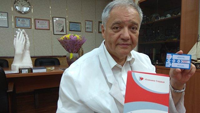 Главный кардиолог Свердловской области Ян Габинский демонстрирует уникальный коронарный паспорт, созданный в Уральском институте кардиологии