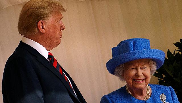Президент США Дональд Трамп с британской королевой Елизаветой II. Архивное фото