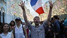Футбольные болельщики на Никольской улице в Москве после финального матча чемпионата мира по футболу между сборными Франции и Хорватии