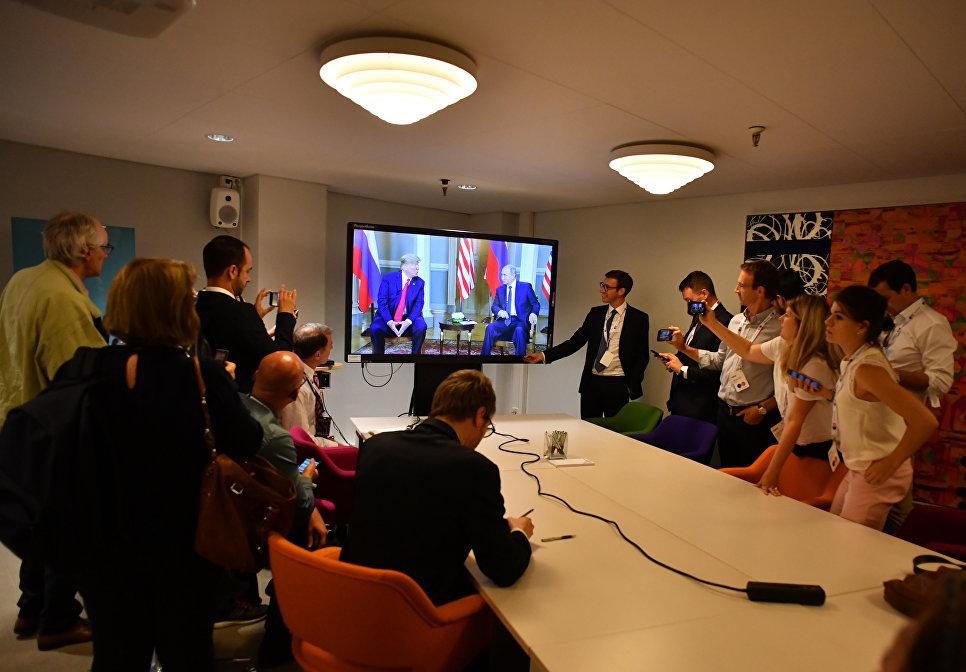 Журналисты смотрят трансляцию встречи президента РФ Владимира Путина и президента США Дональда Трампа в Хельсинки. 16 июля 2018