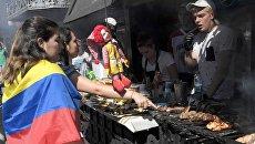 Болельщицы Чемпионата мира по футболу 2018 покупают шашлык