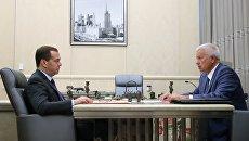 Председатель правительства РФ Дмитрий Медведев и президент ПАО Лукойл Вагит Алекперов во время встречи.  18 июля 2018