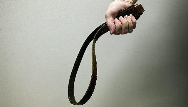 Наказание ремнем. архивное фото