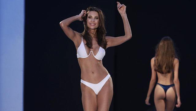 Модель во время Fashion Palette Miami Australian Swim Show на Неделе пляжной моды в Майами, США