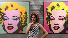 Посетители у работ художника Энди Уорхола на выставке произведений классиков современного поп-арта в культурно-выставочном центре Гранатный двор