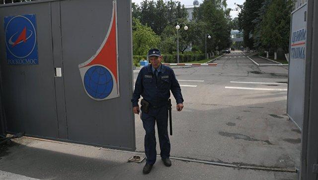 Сотрудник охраны в Центральном научно-исследовательском институте машиностроения. Архивное фото