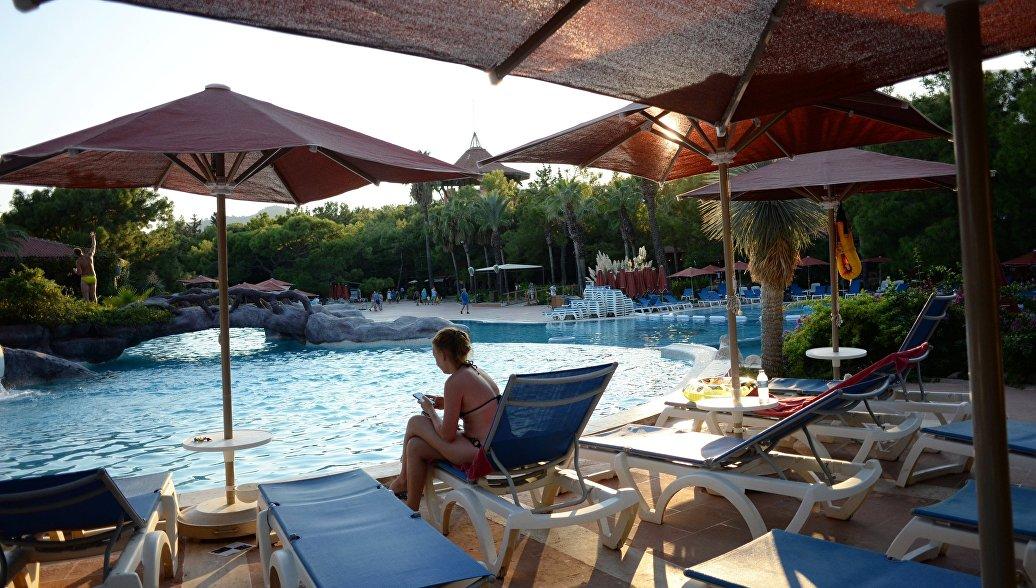 Девушка у бассейна одного из отелей в Анталье. Архивное фото