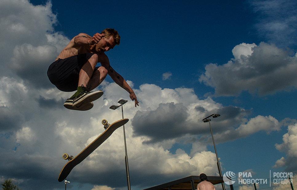 Спортсмен в скейт-парке Братеевской поймы