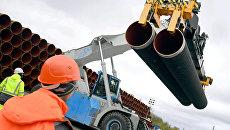 Трубы для строительства газопровода Северный поток 2 недалеко от порта Мукран, Германия. Архивное фото