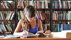 Девушка в библиотеке. Архивное фото