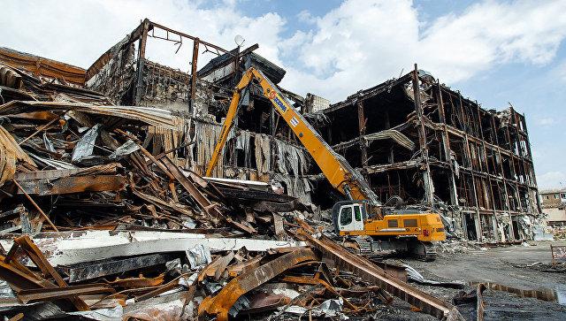 Демонтаж сгоревшего ТЦ Зимняя вишня. Архивное фото