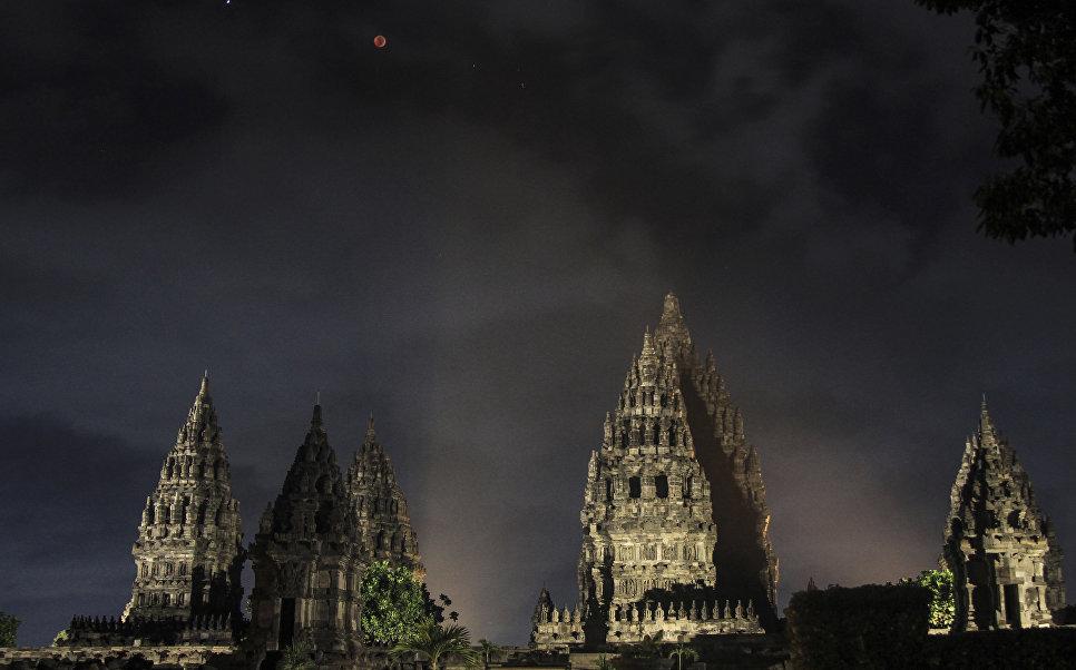 Лунное затмение над храмом Прамбанана в Индонезии. 27 июля 2018