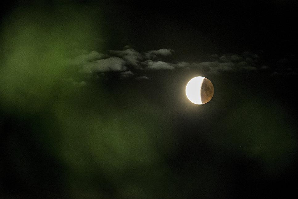 Вид на лунное затмение около Роскилде в Дании. 27 июля 2018