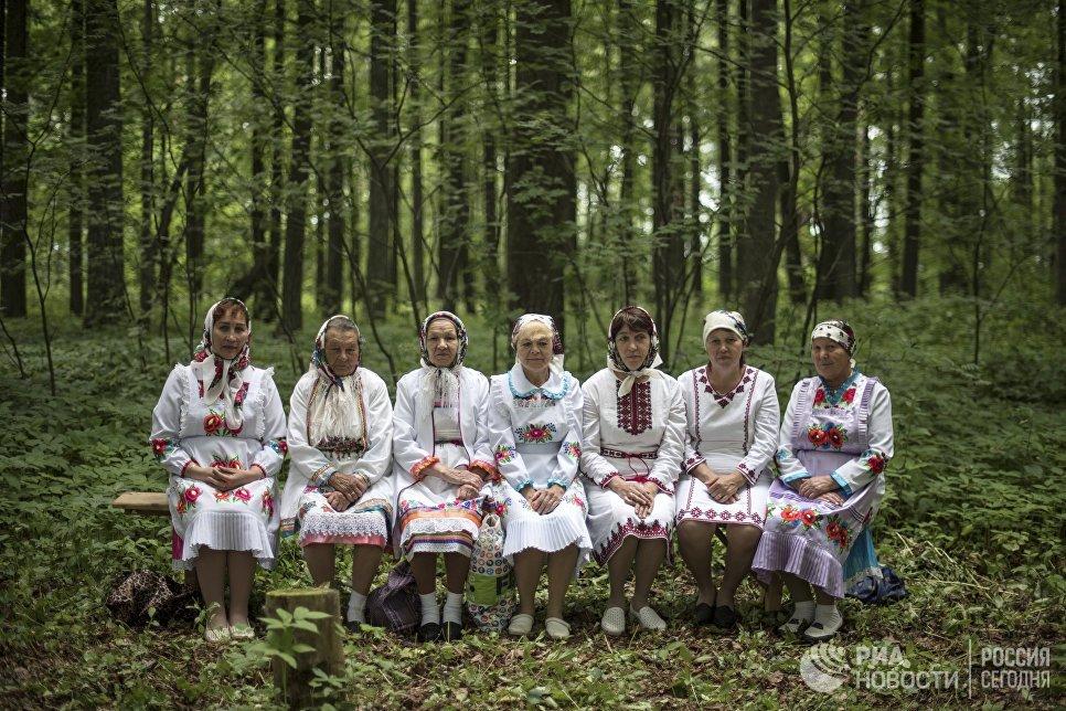 Жительницы села Шоруньжа в национальных костюмах на празднике Сярем.