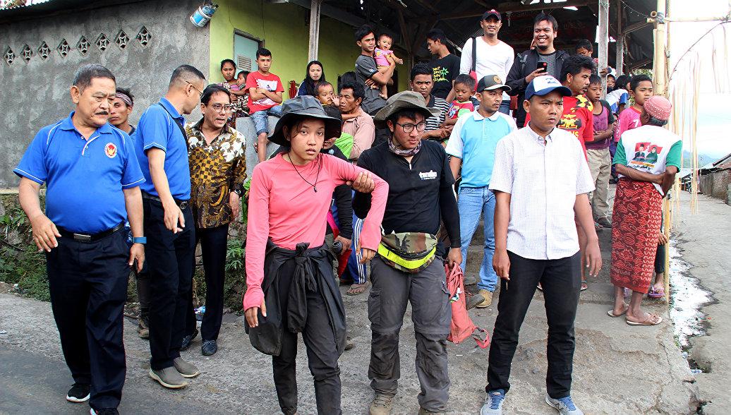 Более 500 туристов эвакуированы с вулкана Ринджани в Индонезии