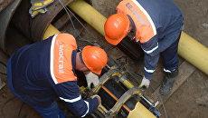 Рабочие Мосгаза укладывают новый газопровод. Архивное фото