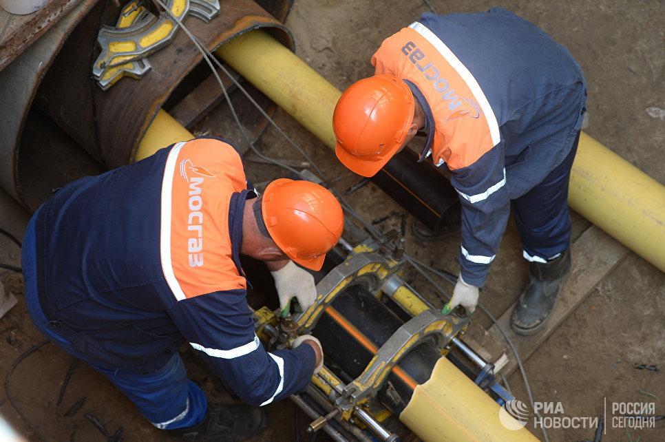 Рабочие Мосгаза укладывают новый газопровод